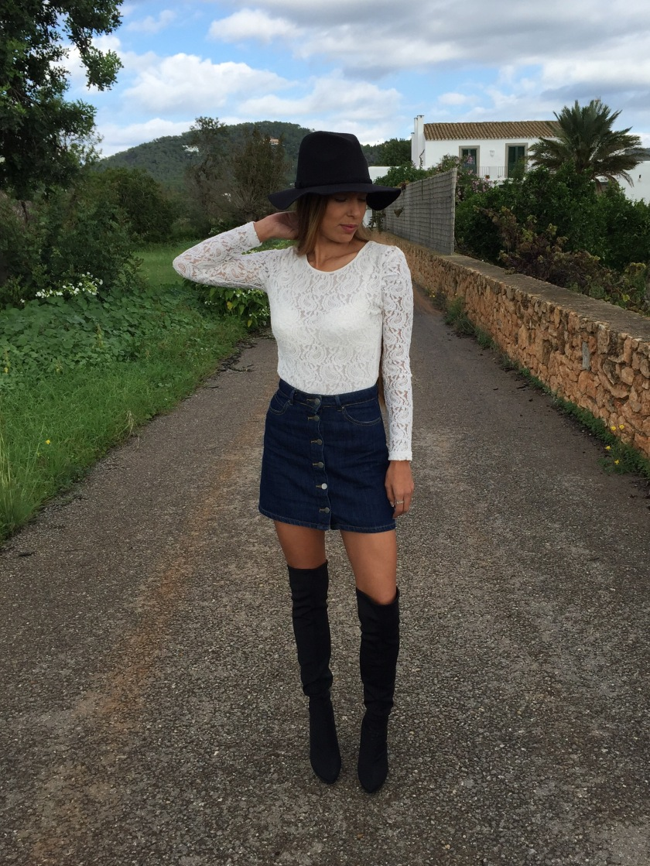 look boho con falda abotonada, encaje, botas mosqueteras, sombrero, bolso flecos
