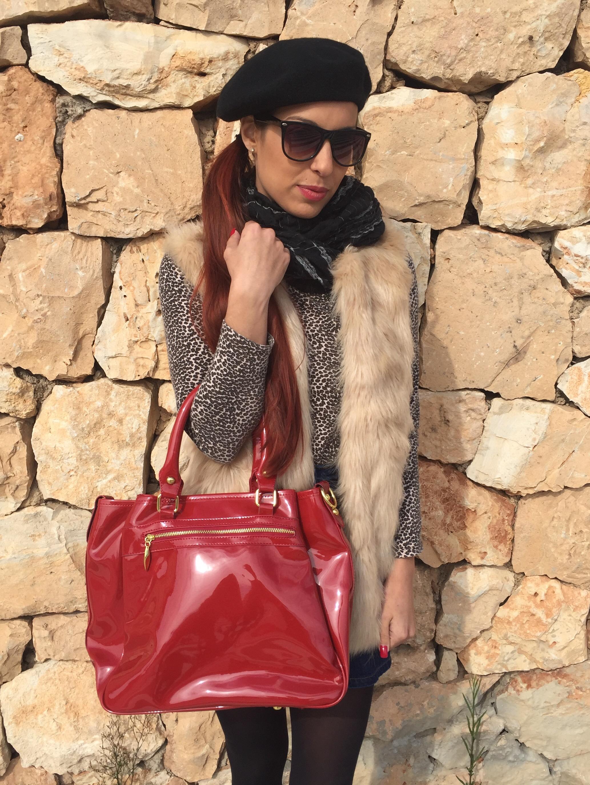 chaleco de pelo y bolso de charol rojo