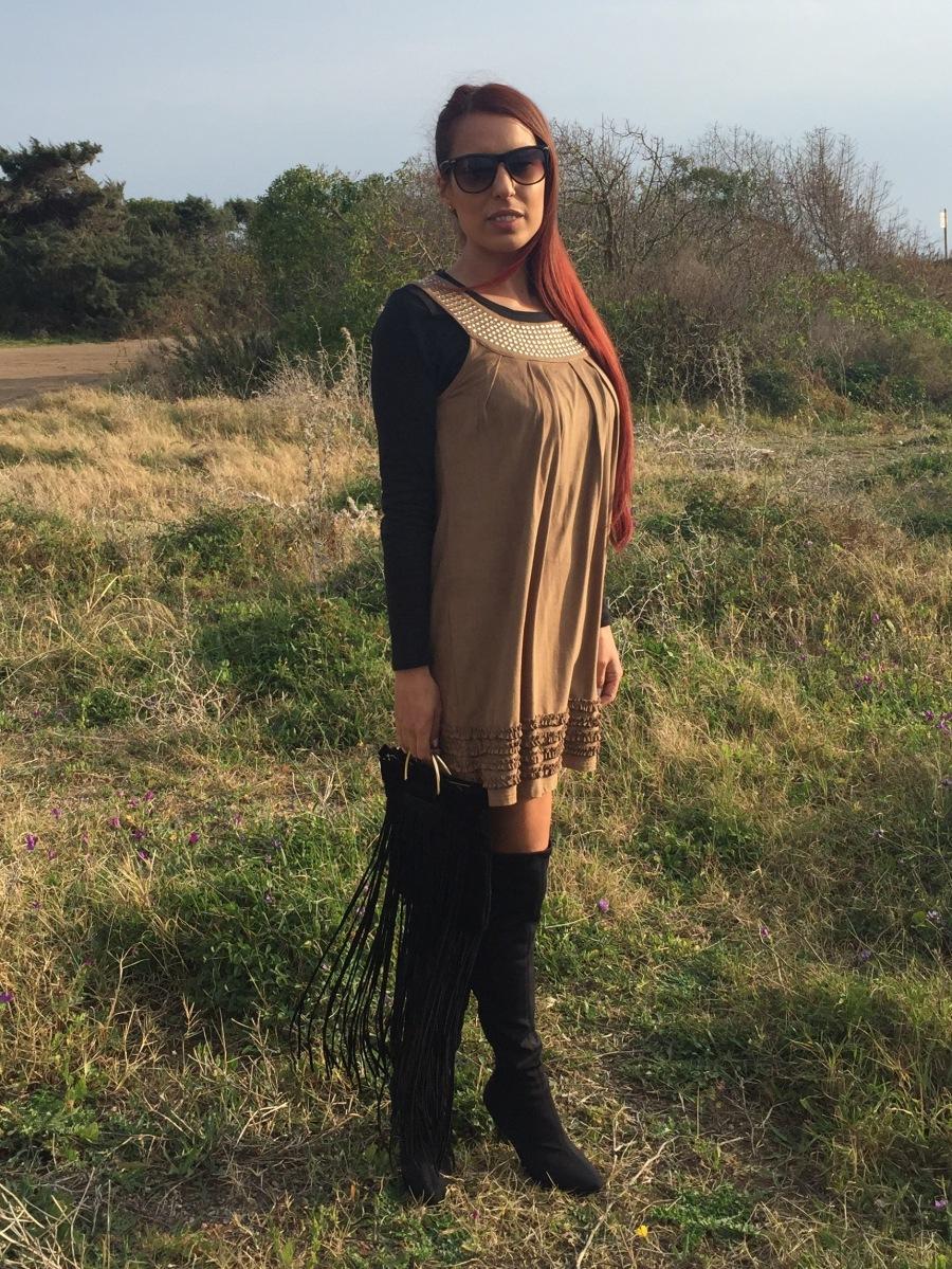 Look con vestido de ante marrón: 3 maneras de combinarlo