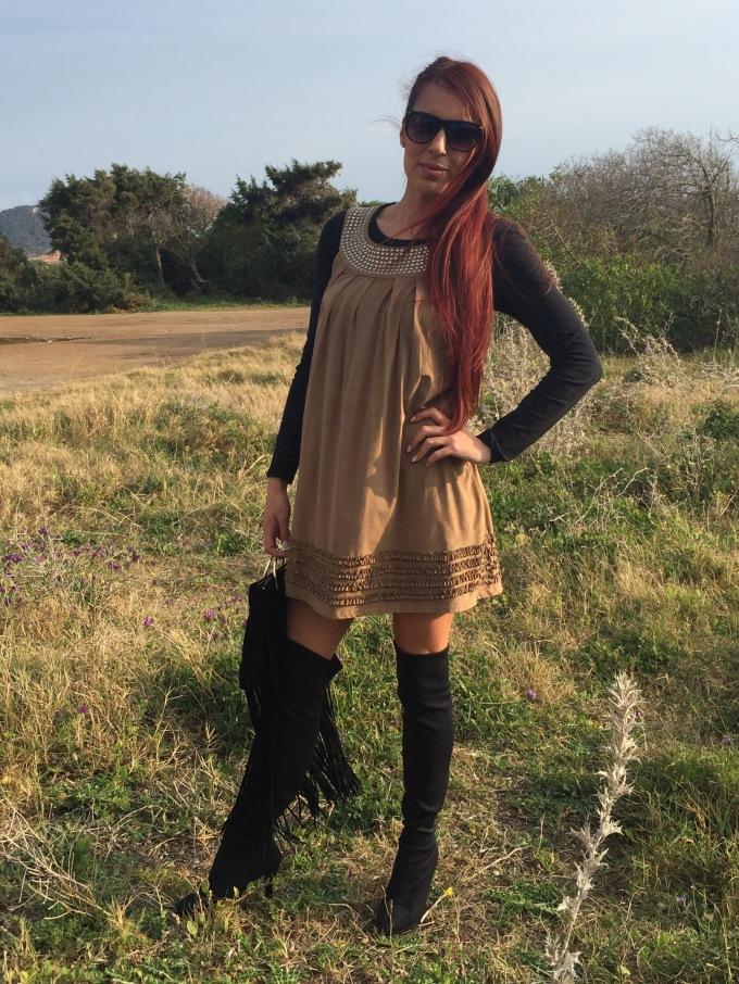 como combinar un vestido de ante marron