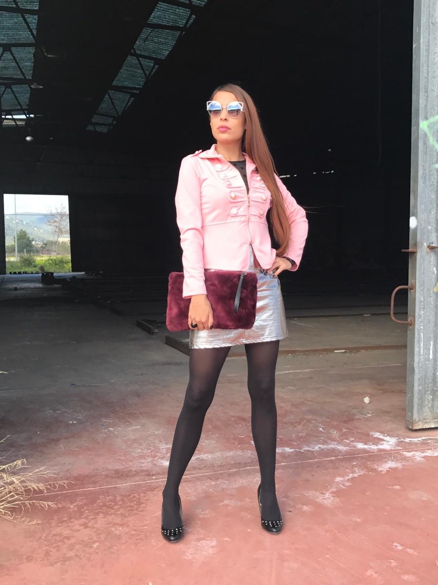 Look con falda plateada y chaqueta rosa de estilo militar