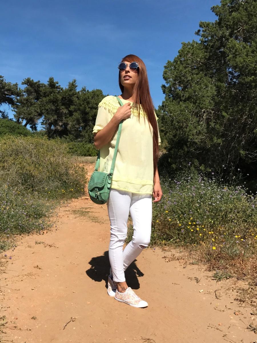 Look con blusa amarilla