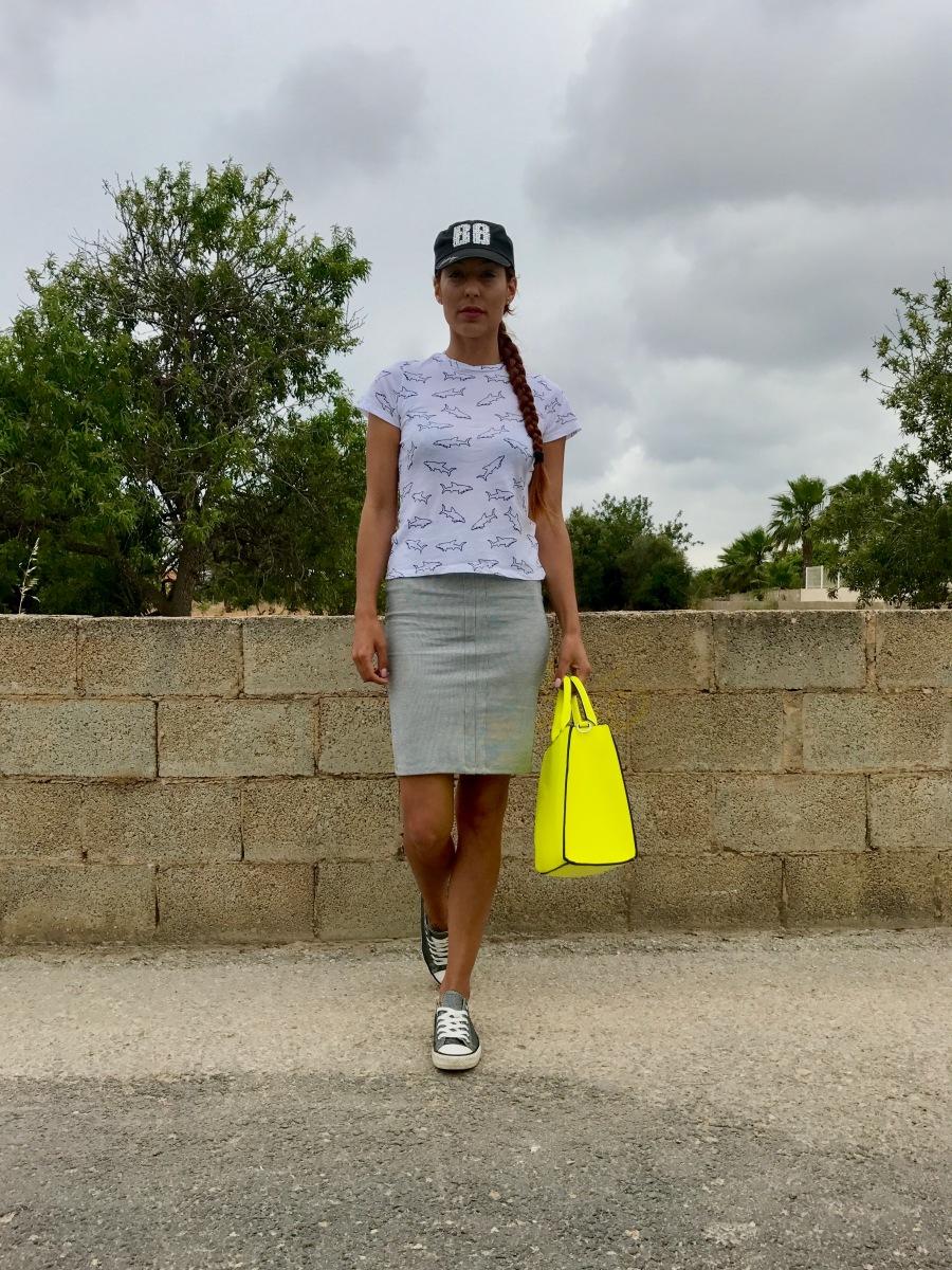 Look sport con falda de tubo y camiseta