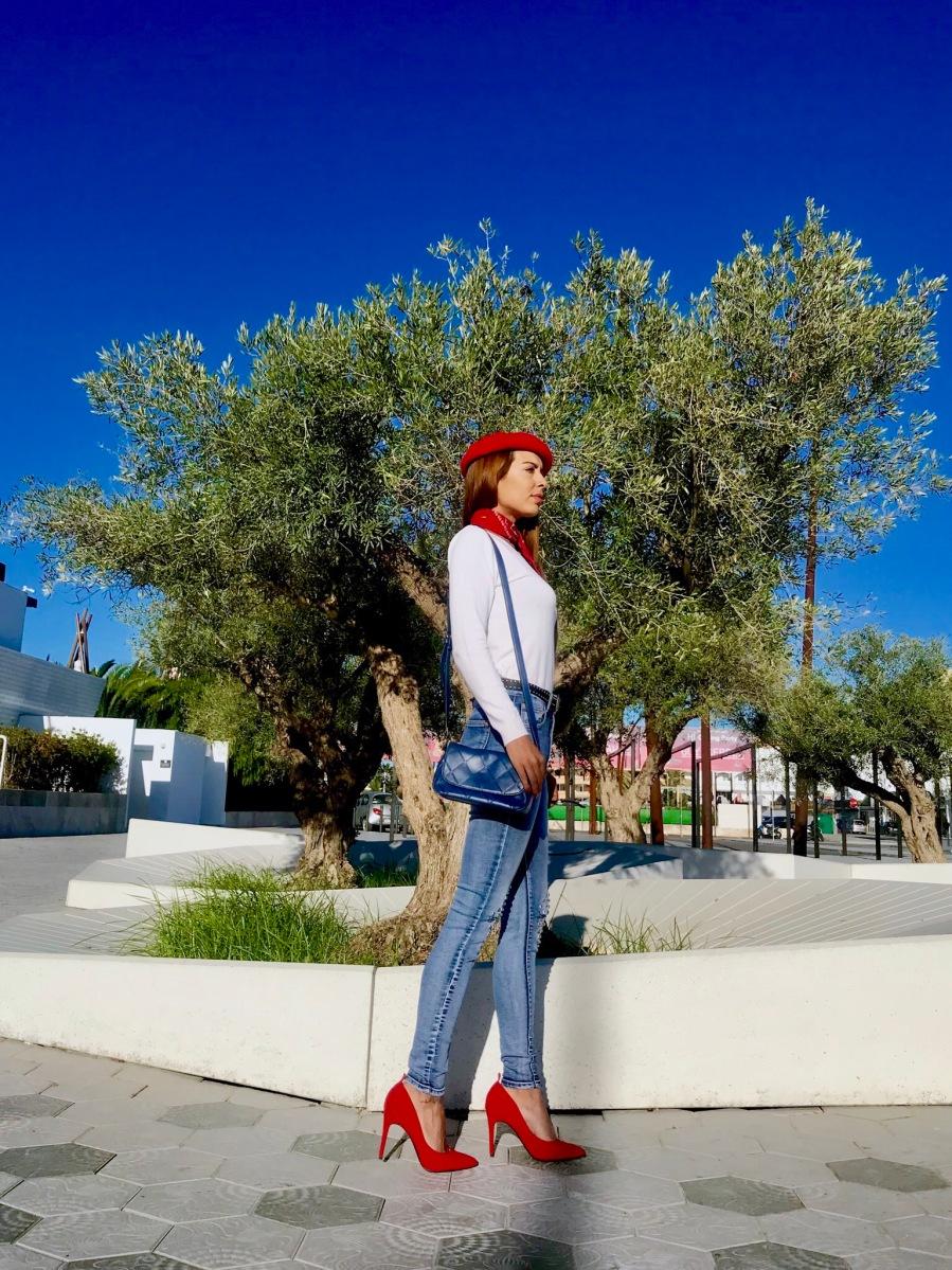 Look con boina roja y pantalones con tachuelas