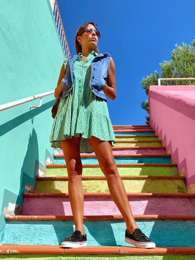 Look con vestido verde y zapatillas Vans