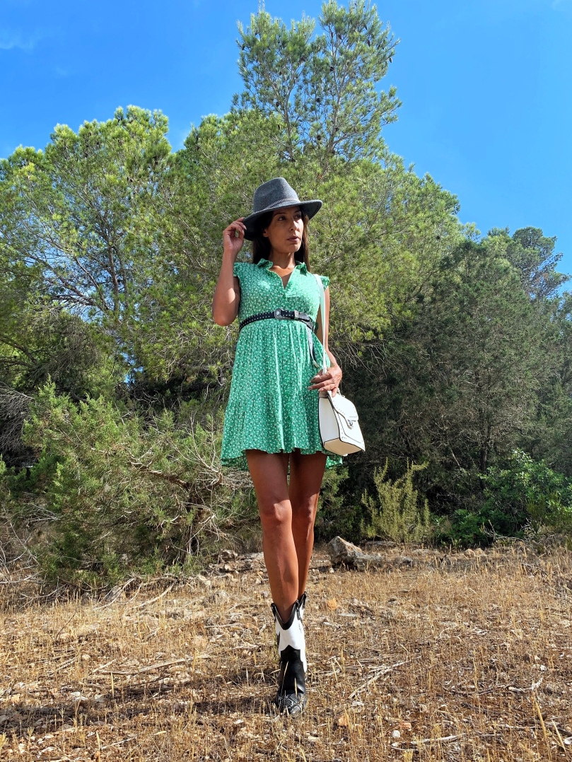 Look con vestido y botas cowboy