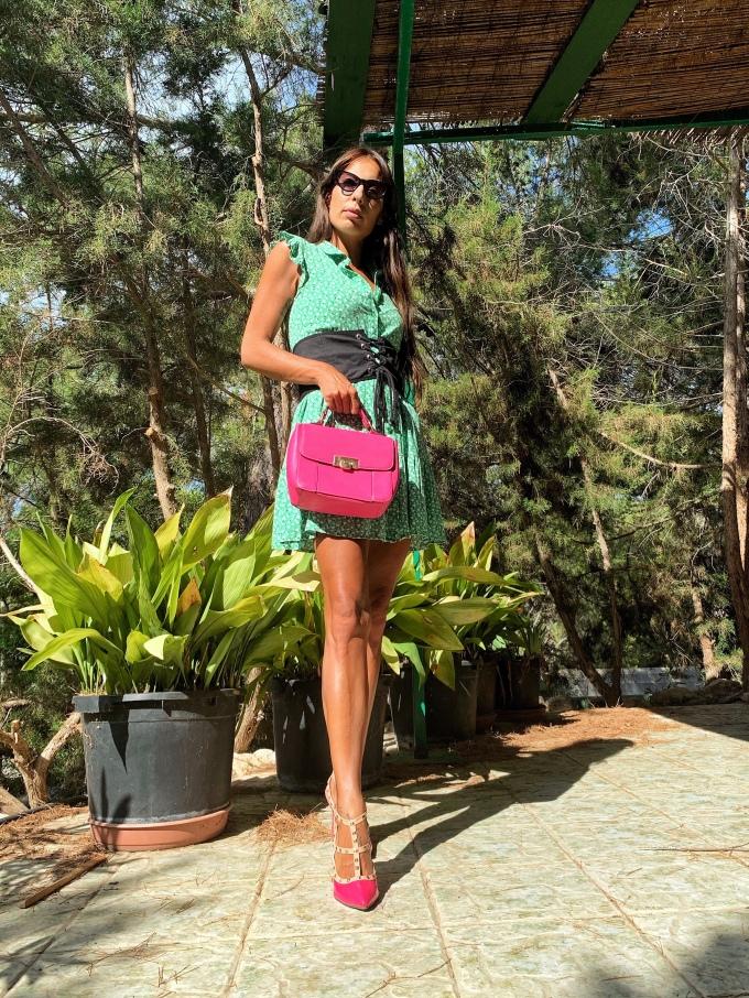 Look con vestido verde y zapatos rosas