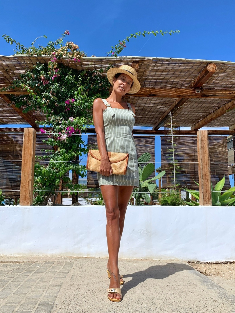 Look con vestido verde a rayas