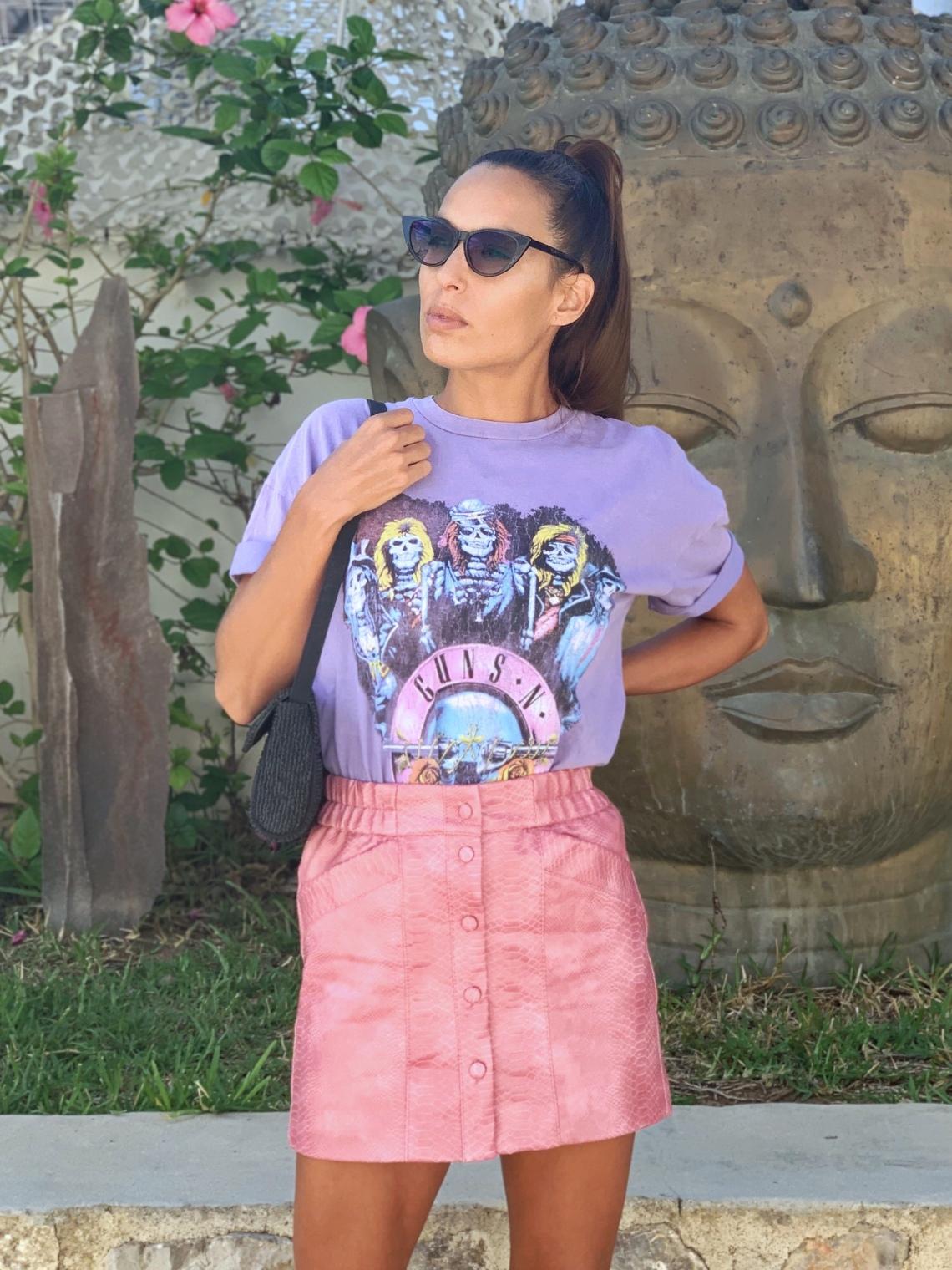 Look rosa y Lila, camiseta guns nd roses, falda rosa