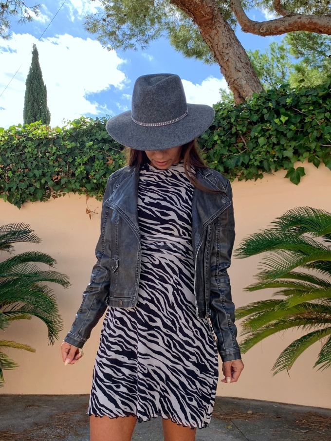 Look con vestido de cebra