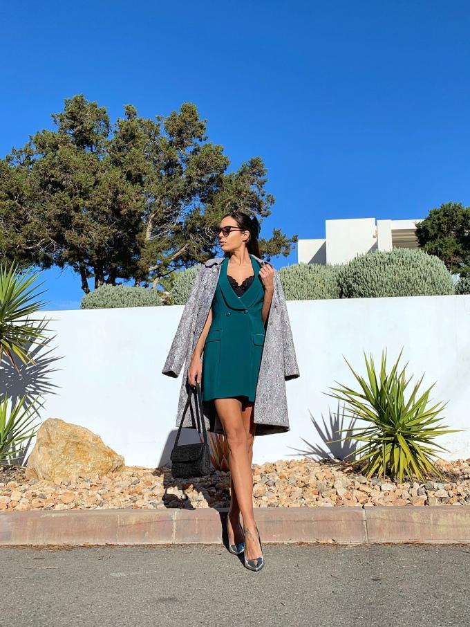 Look nochebuena vestido verde y abrigo brocado