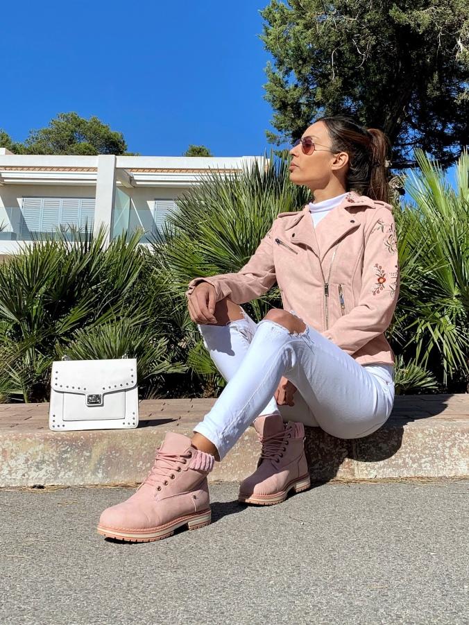 Look rosa y blanco, botas rosas, botas de monte