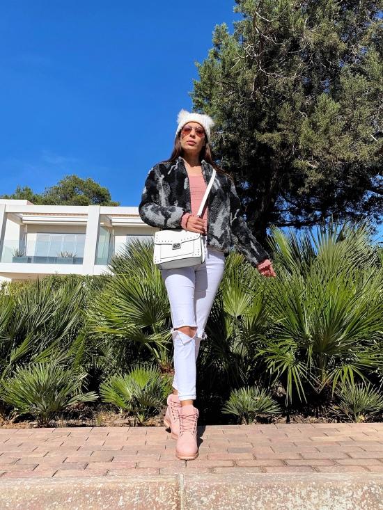 Look con botas de monte rosas
